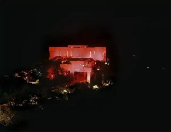他设计的性冷淡风酒店却在晚上嗨爆了