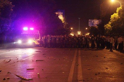 城管打死瓜贩续:警察凌晨抢尸 持械追打围观者