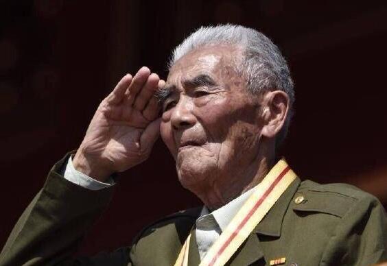 九旬老兵阅兵式全程敬礼 网友称戳中泪点