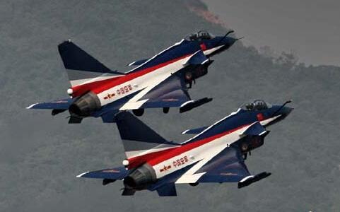 八一飞行表演队惊险动作被叫停 因无实战意义