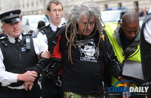 美国务卿克里驱车离开英国外交部 遭抗议者围追堵截