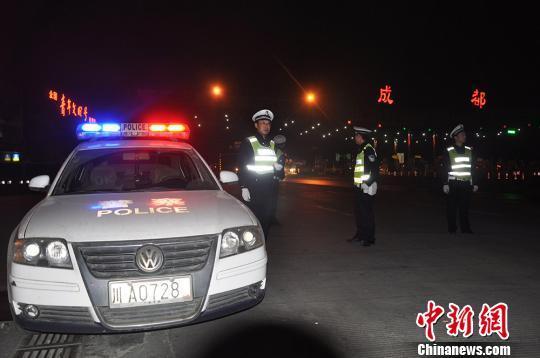 四川公安交警全力确保康定震区道路畅通
