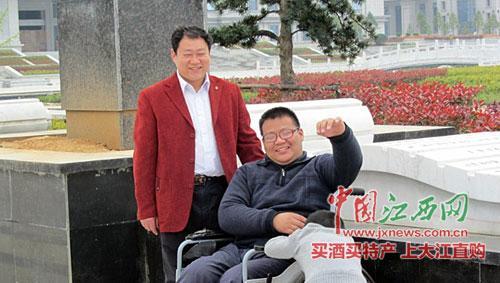 儿子高位截瘫 父亲背其上学12年走两万公里