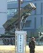 """4月9日,""""爱国者3""""型导弹发射装置停放在日本东京的防卫省总部运动场内"""