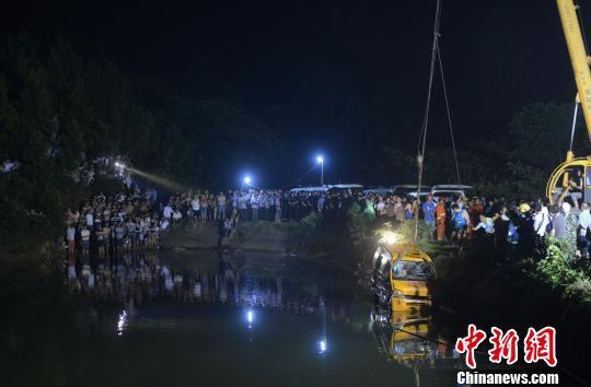 湖南幼儿园校车翻入水库致11死 现场嚎哭不断