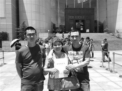 昨日,再审改判后,萧山案5青年之一的王建平(右)和母亲、弟弟在一起。A20-A21版摄影 新京报记者 刘刚