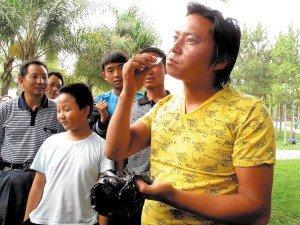 云南小伙14岁开始学吃玻璃 已吃800个灯泡(图)