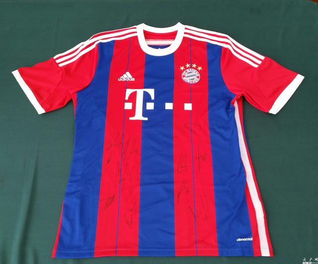 李克强获赠拜仁慕尼黑队球衣。