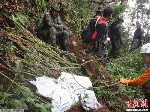 5月11日,在印度尼西亚西爪哇省茂物郊区萨拉克山区,苏霍伊客机失事现场的飞机残骸。当日下午,经过超过一昼夜的艰难跋涉,印尼地面搜救人员抵达5月9日坠毁的俄罗斯苏霍伊客机坠机现场,开始搜索遇难者遗体并寻找黑匣子。