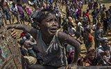 孟加拉难民营中罗兴亚人为争食物而战