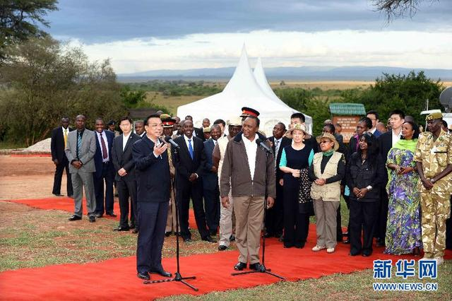 5月10日,国务院总理李克强与肯尼亚总统肯雅塔共同参观肯尼亚内罗毕国家公园焚烧象牙纪念地,并对中外记者发表讲话。肯尼亚副总统鲁托陪同参观。新华社记者 李涛 摄