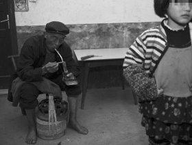 男子因无钱给女儿交学费持仿真手枪抢劫(图)
