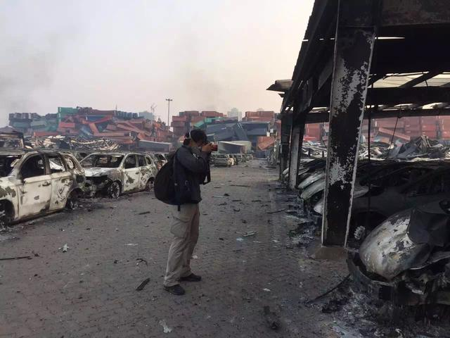 陈杰在天津爆炸现场采访。
