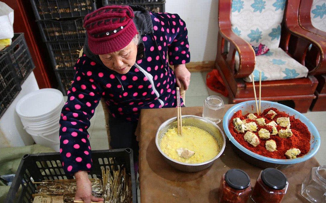 77岁奶奶古法做红豆腐 一年网销三千斤
