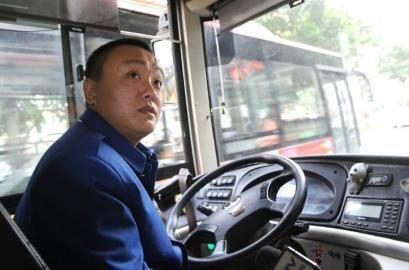 被指 甩盘子 公交司机挨打打没还手 12日,34路公交车司机冯高清图片