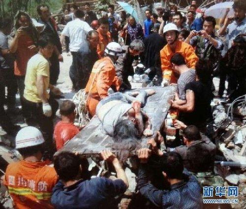 4月20日,救援人员将被地震废墟掩埋的母亲救出记者廖中文 手机拍摄。
