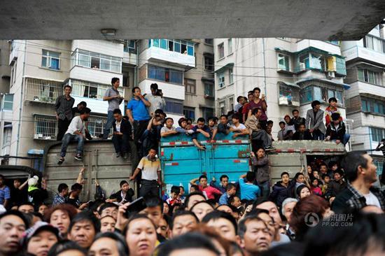 贵阳市民围观抢劫案嫌犯 警方被迫取消现场指认