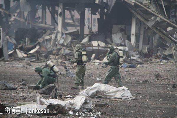 8月14日上午,在天津参加救援的北京卫戍区某防化团官兵,着重型防护服,携带专业设备,先后两次徒步进入浓烟滚滚爆炸核心区域,完成绝大部分核心区域的爆炸物取样工作。目前正在进行化验、分析和数据上报工作。 (周景红、郭在柱、张运全)  图片来源:军报记者官方微博