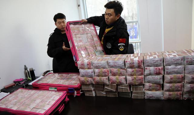 警方帮300多名农民工讨薪 1400余万现金堆一桌