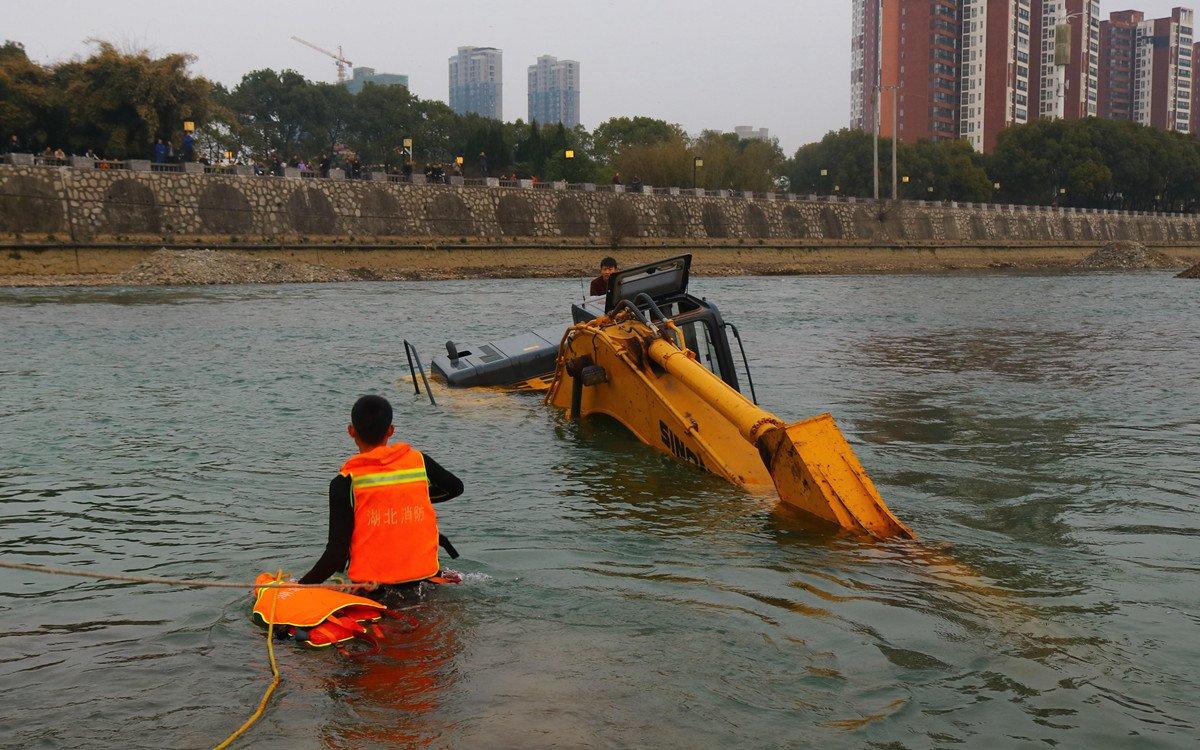 挖掘机过河失败深陷河中央 消防官兵成功救出司机
