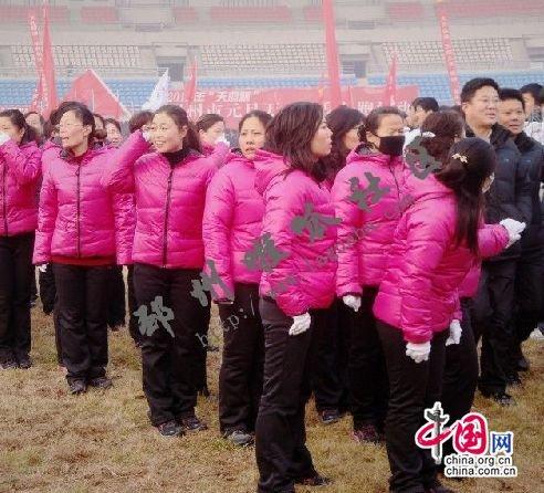 江苏邳州万人长跑 公务员穿羽绒服学生单薄外套