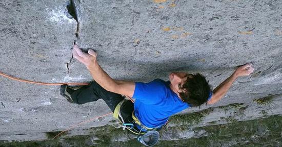 霍诺尔德最初与朋友使用安全绳攀爬,考察和清理岩石表面。(网页截图)