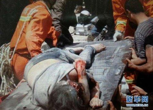 4月20日,救援人员将被地震废墟掩埋的母亲救出(记者廖中文 手机拍摄)。