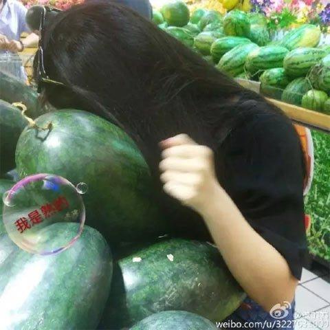 中国人买西瓜就爱先敲敲,意大利人不高兴了