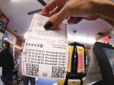 美国彩票头奖滚至13亿美元 中奖概率3亿分之一