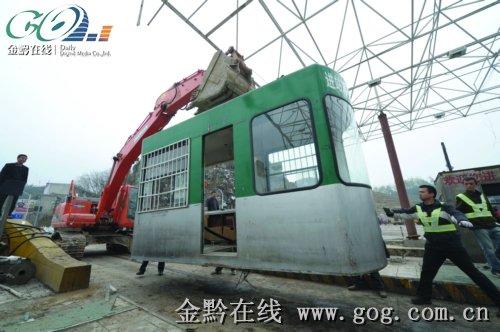 紧急修复收费站。本报记者赵惠摄