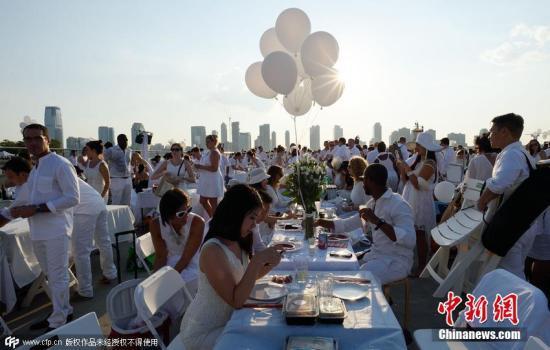 """纽约5000人身着白衣 共进浪漫""""白色晚宴""""(图)"""