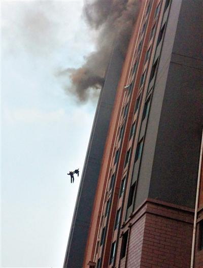 上海两90后消防员坠楼殉职:坠亡瞬间手拉手(图)