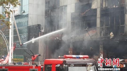 四川泸州商场爆燃事故:死者有1名保安 搜救未停