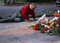 一名粉丝在总部门前写悼词