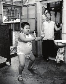 图片为1989年8月,6岁、体重47公斤、身高120公分的张楠在练气功,社会上称练气功可以减肥。