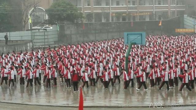 学生冒雨做操领导打伞看 校方:老领导身体弱