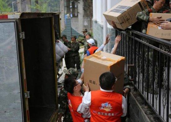 苏宁第二批救援物资运抵重灾区芦山双石镇