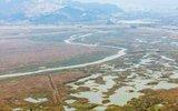 """航拍鄱阳湖湖底露出水面 形成罕见""""带状水系"""""""
