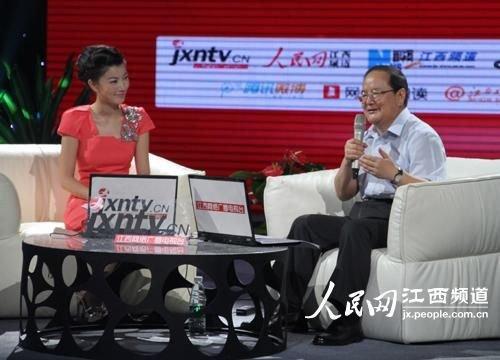 江西省省长鹿心社与网友在线交流。毛思远摄