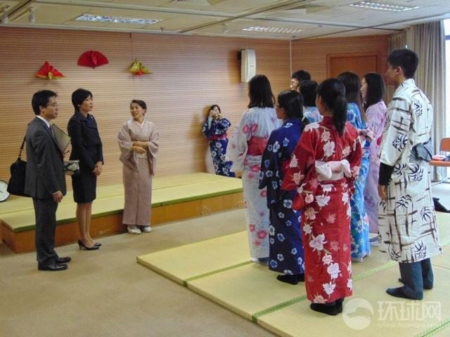 组图:中国学生身穿和服与安倍夫人交流