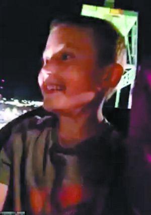 男童兴高采烈地搭上过山车。