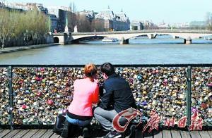 """""""爱情锁""""恐压垮巴黎古桥 总重相当于20头大象"""