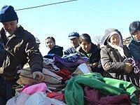 村民们在挑选衣物