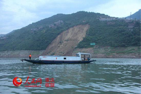 重庆大宁河滑坡致13艘船翻沉 1人失踪5人受伤