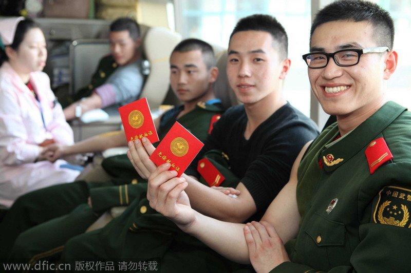 上海武警部队老兵以献血纪念退伍图片