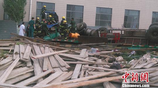 河北张家口市区一大货车冲上公交站台或有人员伤亡
