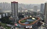 魔幻重庆又出新作 整个运动场搬上屋顶