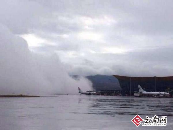昆明长水机场出现云墙:如云彩掉落地面(图)