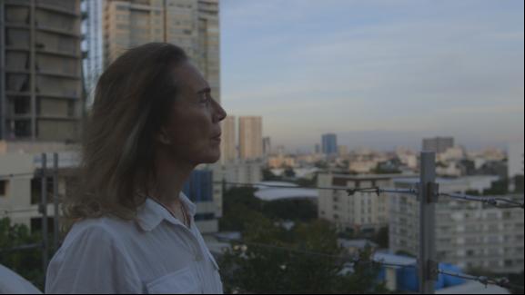 ▲《错位――亚洲跨性别者》剧照。在Bobbie手术前的两天,他站在屋顶遥望曼谷市景。
