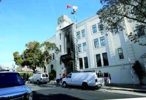 美国联邦调查局官员6日说,1日晚,中国驻旧金山总领事馆纵火案嫌疑人向警方自首,现已被捕。这名39岁的嫌疑人当天首次出庭,受控纵火和损坏外国政府财产。